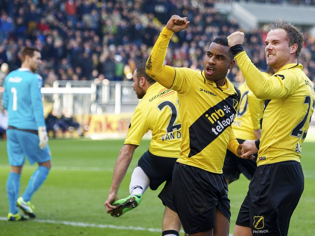 Rydell Poepon (m.) en Jordy Buijs (r.) zijn blij met de gelijkmaker tijdens NAC Breda - Feyenoord in 2014.