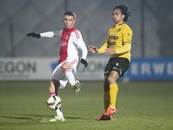 Robert Murić (l.) krijgt van Ard van Peppen de ruimte om een schot op doel te lossen tijdens Jong Ajax - Roda JC Kerkrade.