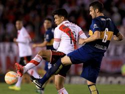 Teo Gutiérrez (izq), en 2015 jugando con River un clásico frente a Boca. (Foto. Imago)