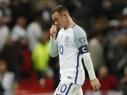 Wayne Rooney verlaat als aanvoerder van Engeland met gebogen hoofd het veld na de zege op Malta. (08-10-2016)