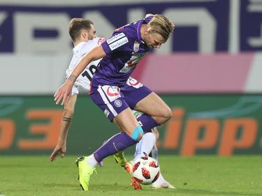 Bei diesem Zweikampf mit Sturms Flügelstürmer Philipp Huspek passierte Alex Grünwald das Malheur