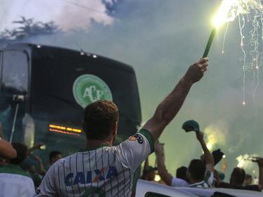 Aficionados del Chapecoense reciben al autobús del equipo con bengalas. (Foto: Imago)