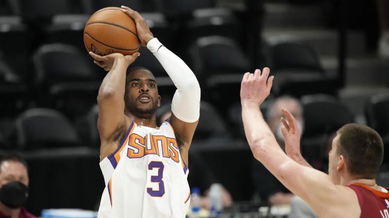 Hat sich mit den Phoenix Suns zum NBA-Titelkandidaten gespielt: Chris Paul (l)