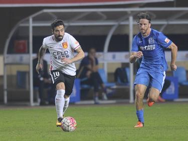 Ezequiel Lavezzi (l.) debuteert in de Chinese Super League tijdens het competitieduel Guangzhou R&F - Hebei China Fortune FC (04-03-2016).