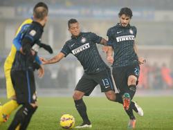 Ranocchia (dcha.) toca el cuero con la camiseta del Inter de Milán. (Foto: Getty)