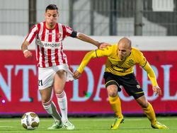 FC Oss-speler Justin Mathieu voorkomt dat Nayib Lagouireh van Roda JC aan de bal komt. (13-03-2015)