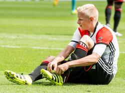 Lucas Woudenberg doet even niet mee aan Feyenoord - FC Twente, aangezien zijn schoeisel niet meewerkt. (14-08-2016)