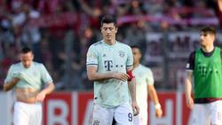 Robert Lewandowski trug nach der Auswechslung von Thomas Müller die Kapitänsbinde des FC Bayern
