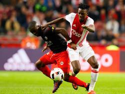Bertrand Traoré (r.) zet Leeroy Owusu (l.), die door Excelsior gehuurd wordt van Ajax, simpel aan de kant tijdens Ajax - Excelsior. (29-10-2016)