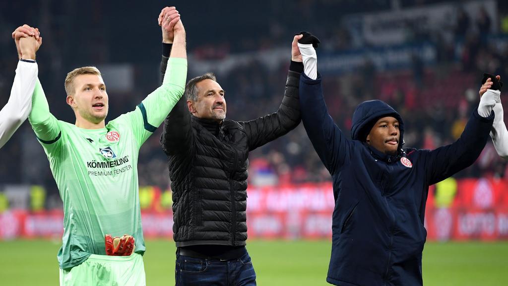 Achim Beierlorzer (M.) lässt sich in Mainz feiern