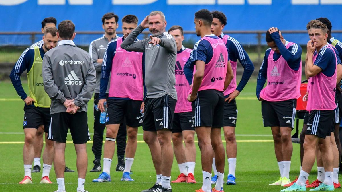 Tim Walter (M.) coacht den HSV zum ersten Mal im Nord-Derby gegen Bremen