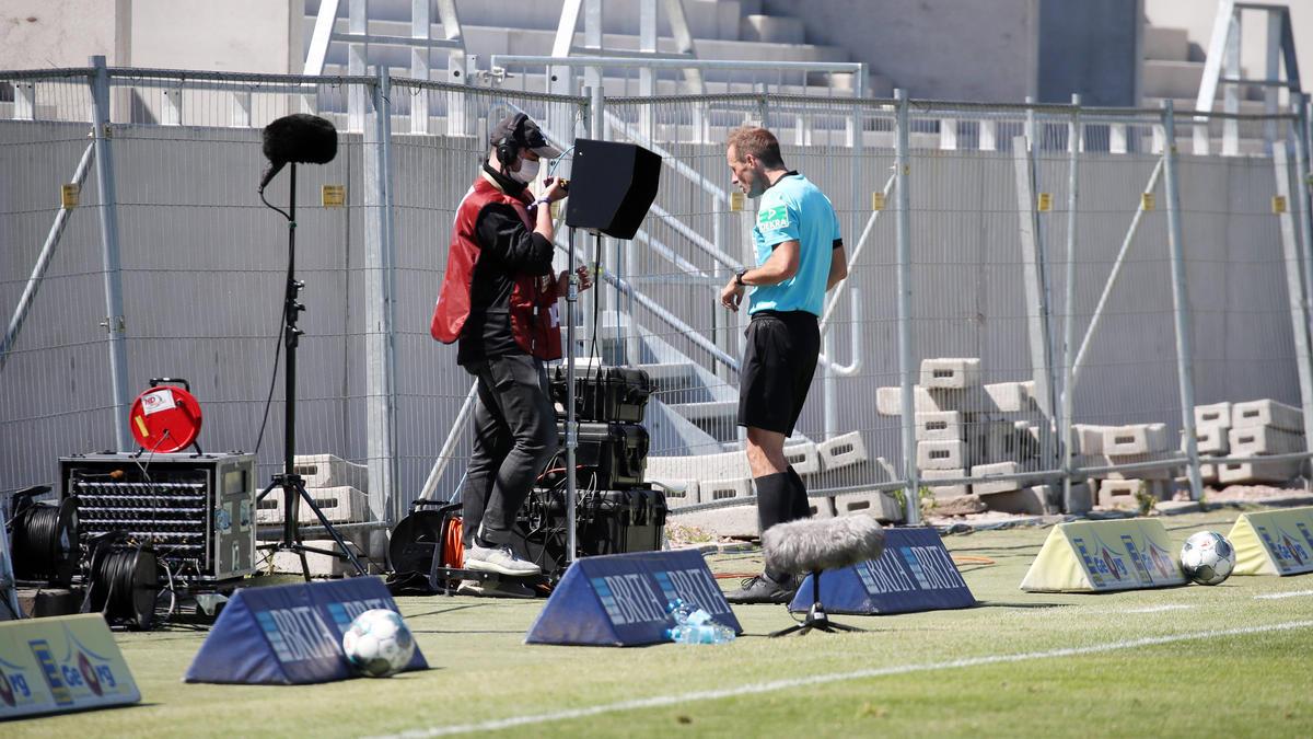 In der Nachspielzeit entschied Schiedsrichter Sascha Stegemann auf Elfmeter