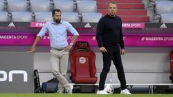 Cheftrainer Hansi Flick (r.) will einen weiteren Außenspieler