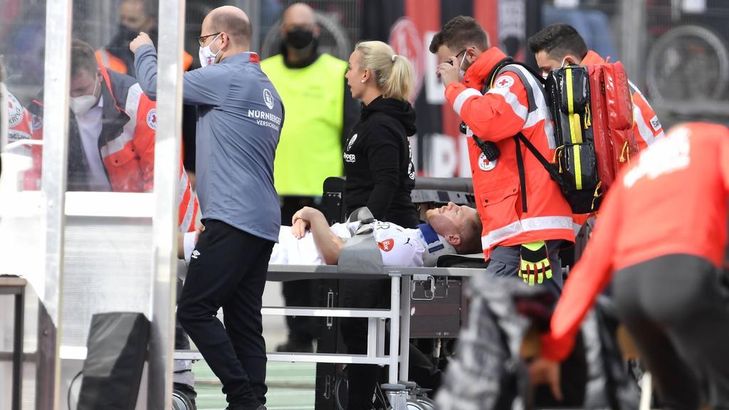 Denis Linsmayer wird verletzt vom Platz getragen