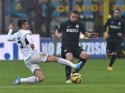Armando Izzo (izq.) en un duelo ante el Inter de Milán de la pasada temporada. (Foto: Getty)
