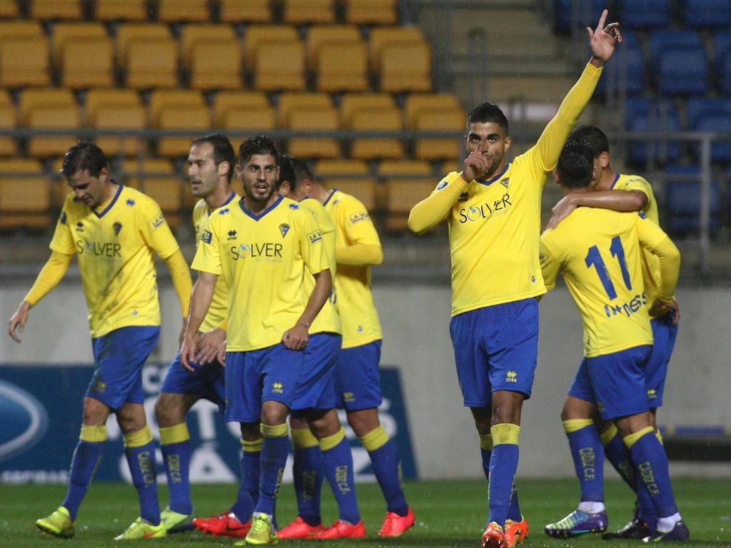 Jona, con la mano en alto, celebra un gol conseguido con el Cádiz. (Foto: Imago)