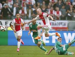 Ajax-middenvelder Davy Klaassen omspringt handig zijn tegenstander tijdens het duel met Rapid Wien in de derde voorronde van de Champions League. (04-08-2015)