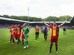 De spelers van Go Ahead Eagles vieren feest voor het uitvak in de Vijverberg. Na een 1-1 gelijkspel is de ploeg zeker van promotie naar de Eredivisie. (22-05-2016)