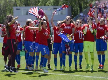 Las chicas del Atlético celebran el título en el campo del Zaragoza. (Foto: Imago)