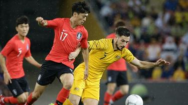 Bochums Lee Chung Yong (l.) im Duell mit dem Berliner Mathew Leckie
