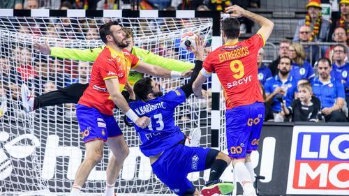 Frankreichs Superstar Karabatic (M.) setzte sich mit seinem Team gegen Spanien durch
