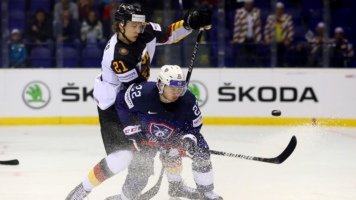 Moritz Seider (l.) ist für das Spiel gegen Kanada fraglich