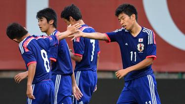 Taisei Miyashiro es felicitado por un gol con Japón. (Foto: Getty)