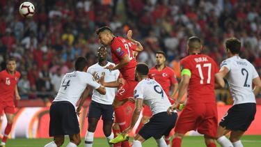Kaan Ayhan (M.) traf per Kopf zum 1:0 für die Türkei