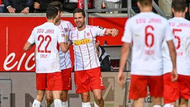 Regensburgs Marco Grüttner (3.v.l.) jubelt nach seinem Treffer zum 1:0 gegen St. Pauli mit seinen Mannschaftskameraden