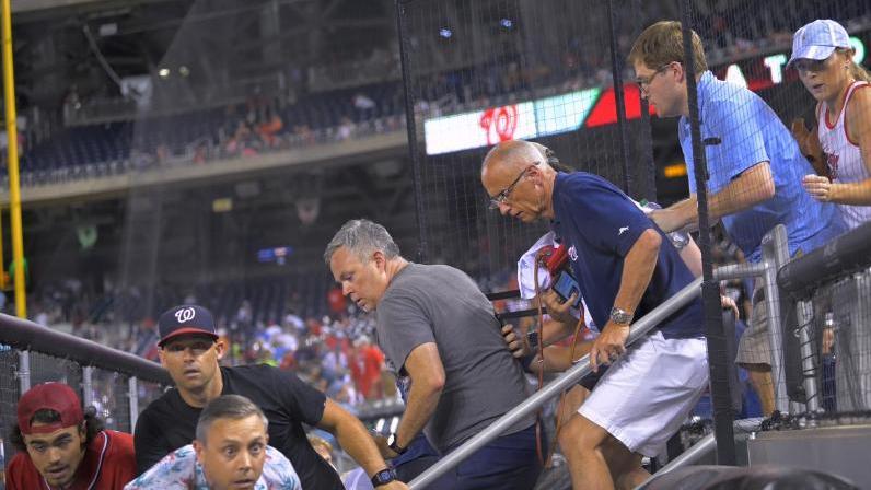 Fans werden beim MLB-Basketballspiel San Diego Padres - Washington Nationals evakuiert. Das Spiel wurde im sechsten Inning wegen einer Schießerei außerhalb des Stadions unterbrochen
