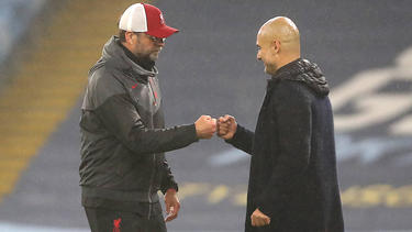 Jürgen Klopp (l.) und Pep Guardiola begrüßen die Pläne zur Fanrückkehr
