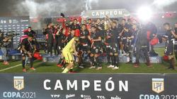 Colon celebra el título sobre el terreno de juego.