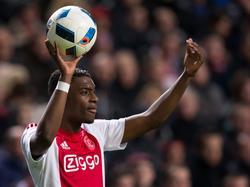 Riechedly Bazoer vraagt om een loopactie als hij een ingooi moet nemen tijdens de competitiewedstrijd tussen Ajax en Vitesse. (23-01-2016)