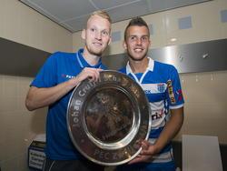Stef Nijland (l.) en Jesper Drost (r.) tonen trost de gewonnen Johan Cruijff Schaal. Voetbal.com Foto van de Week. (3-8-2014)