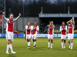 Mike van der Hoorn (l.) wordt bejubeld door de fans van Ajax en Ajacieden zelf. De verdediger scoort de late 0-1 tegen Excelsior en breekt daarmee de wedstrijd open. (21-12-2014)