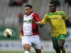 Said Bakkati (l.) van FC Emmen duelleert om de bal met Gavin Vlijter (r.) in de thuis wedstrijd tegen Fortuna Sittard. (3-4-2015)