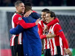 Jeffrey Bruma (l.) knuffelt Jürgen Locadia (m,l.), Adam Maher (m,r.) omarmt Andrés Guardado (r.). PSV viert feest, want de Eindhovenaren hebben in de Champions League VfL Wolfsburg verslagen. (03-11-2015)