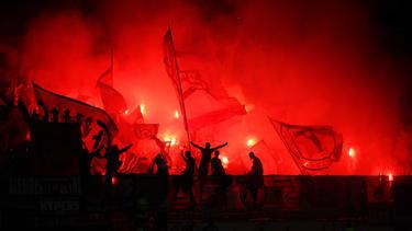 Fans von Eintracht Frankfurt wurden von der Polizei bewacht
