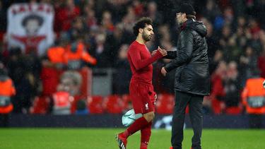 Klopp felicita al delantero egipcio al ser sustituido. (Foto: Getty)