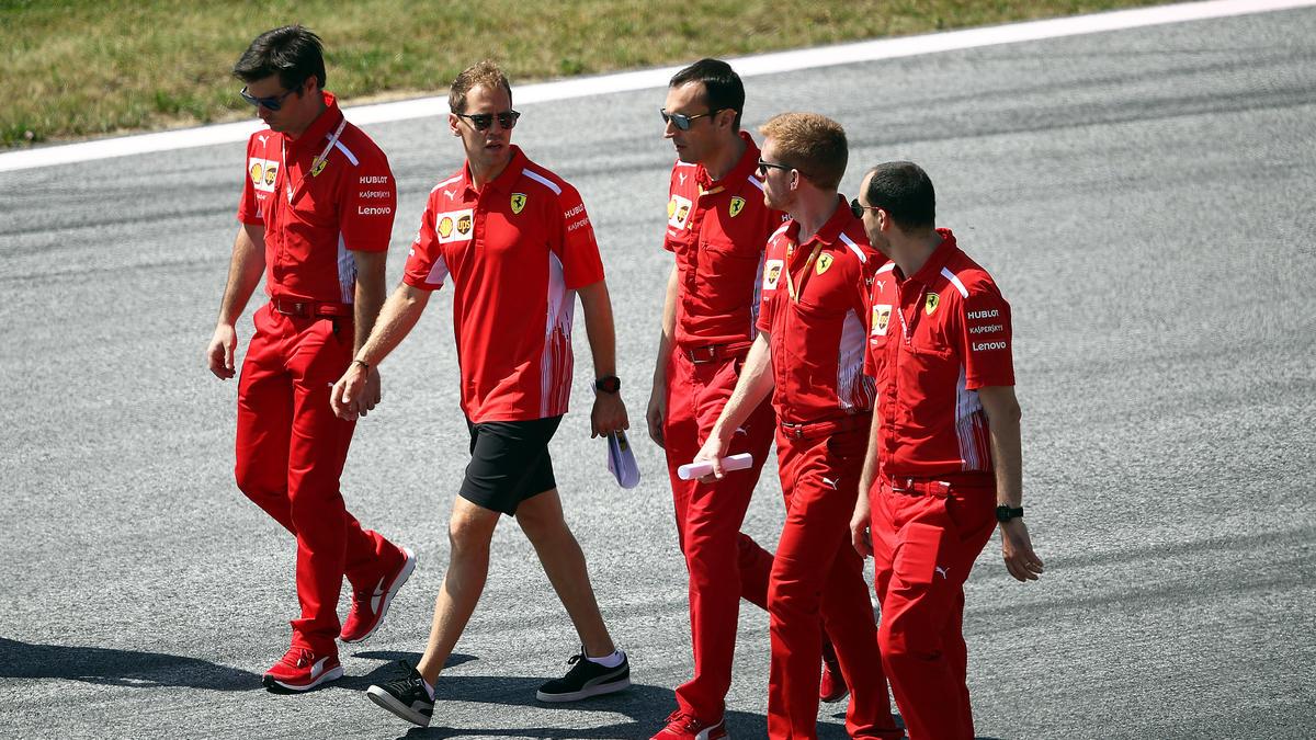 Sebastian Vettel studiert, wie Ferrari in Österreich besser werden kann
