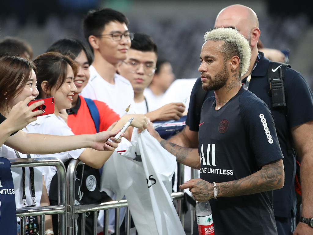 Neymar firma autógrafos en la pretemporada.