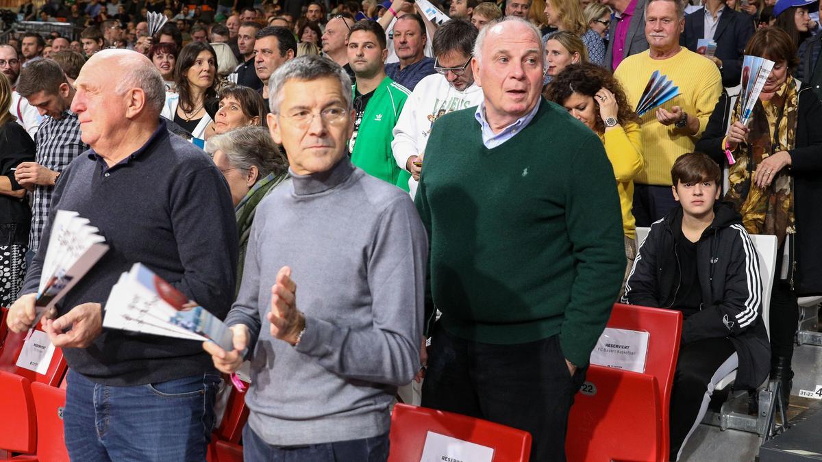 Herbert Hainer (M.) beim Besuch eines Basketball-Spiels der Bayern im Januar 2020