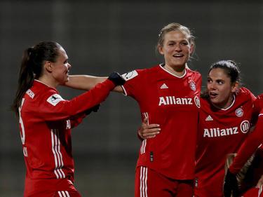 Große Freude bei den ÖFB-Mädels Wenninger (Mitte) und Zadrazil (rechts)