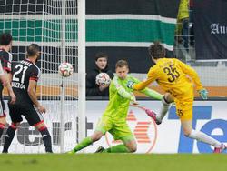 El portero Marwin Hitz logró el empate para Augsburgo ante el Bayer Leverkusen. (Foto: Getty)