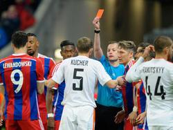 Referee William Collum zückt den Roten Karton gegen Donetsk-Verteidiger Oleksandr Kucher