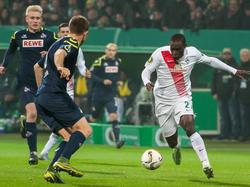 Werder Bremens Anthony Ujah (r.) hatte eine schwierige Partie gegen den 1. FC Köln durchzustehen