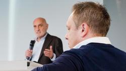 Äußert sich nicht zur Zukunft von Hannovers Trainer André Breitenreiter: Klubchef Martin Kind (l.)