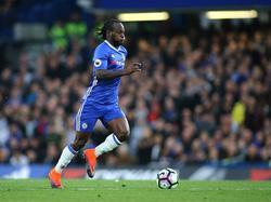 Chelsea-rechtsback Victor Moses aan de bal tijdens het competitieduel met Manchester United. (23-10-2016)