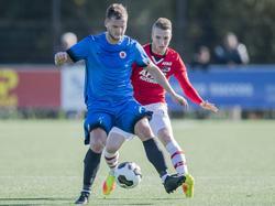 Justin Bakker (r.) ziet Koen Bosma (l.) op de hielen tijdens de Tweede Divisie-wedstrijd Jong AZ - AFC. (16-10-2016)
