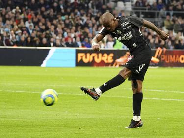 Kakuta, jugador del Amiens, dispara a puerta.